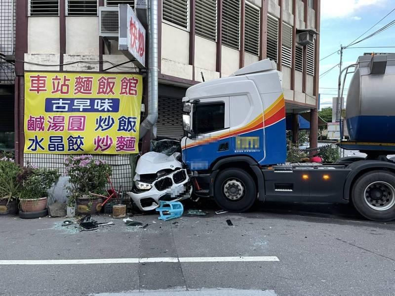 BMW休旅車於路口被油罐車攔腰撞上後,失控滑行,整輛車旋轉180度後,再被失控的油罐車2度撞擊,被推撞到路口轉角的民宅騎樓,BMW車體扭曲變形。(民眾提供)