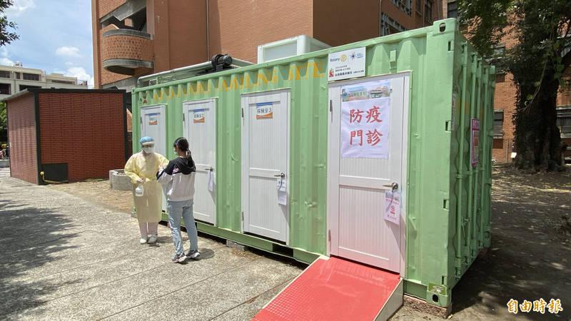 新營醫院在戶外貨櫃屋篩檢站提供「防疫門診」及「定點採檢」服務。(記者楊金城攝)