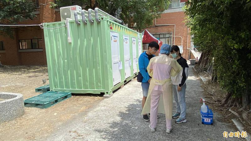 2名朝陽科大學生今天(22日)中午到衛福部新營醫院戶外篩檢站進行公費快篩採檢。(記者楊金城攝)