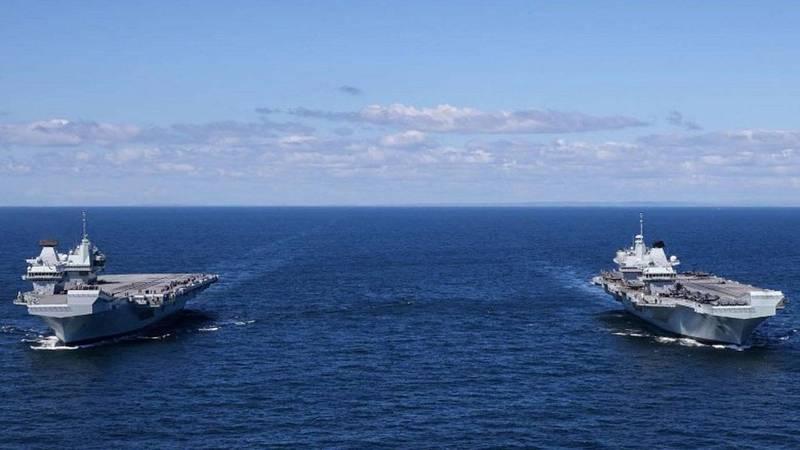 伊莉莎白女王號(右)在近日演習中,首次與姊妹艦威爾斯親王號(左)在海上會師。(取自英國皇家海軍官網)