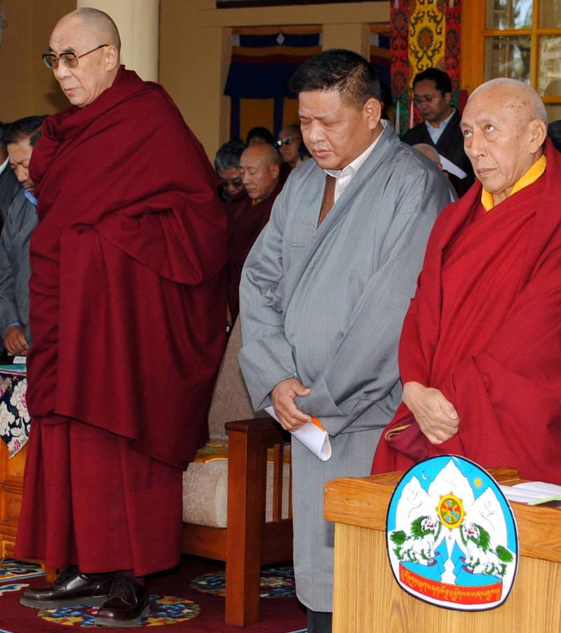 西藏流亡政府司政邊巴次仁(中)指控中國正對西藏實行文化滅絕。(路透)