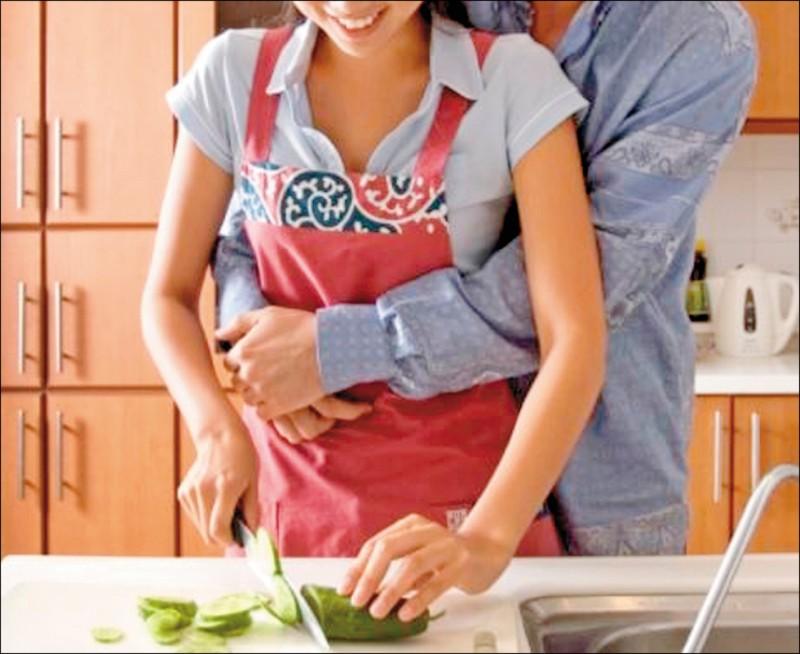協調的性生活,有助於增進夫妻感情。(圖為情境資料照,圖中人物非新聞當事人)