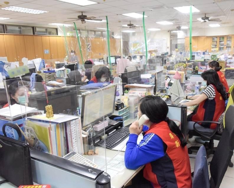 屏縣衛生局人員深夜仍忙著疫調。(取自屏東縣長潘孟安臉書)