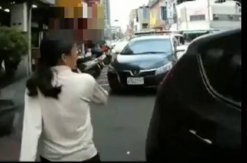 高雄一女子未戴口罩被警勸阻,竟高呼「你要強暴我」遭壓制管束,並遞送1個口罩給女子戴,避免形成防疫破口。(記者黃良傑翻攝)