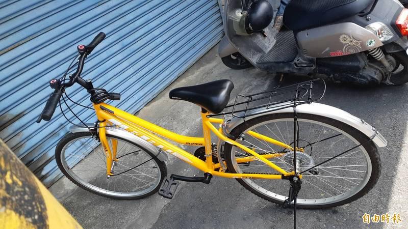 男童搶救出爸爸送他的腳踏車。(記者黃明堂攝)