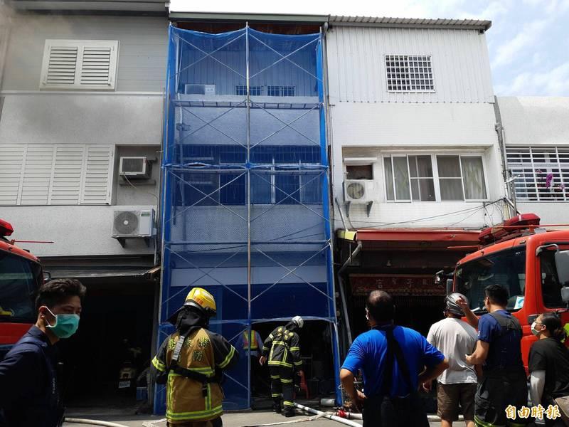 台東市中華路2段巷內1棟民宅今天中午傳火警,2樓冒出黑煙。(記者黃明堂攝)