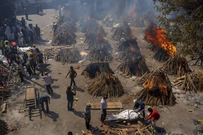 印度火葬場工人現身說法,表示他們工作時無時無刻都暴露在染疫風險中。(美聯社)