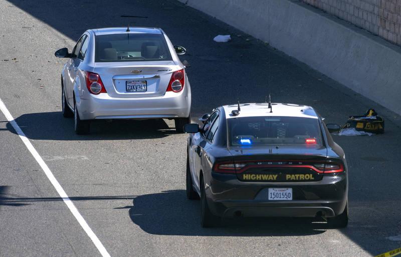 正要去幼儿园上学的里欧斯在车内遭后方疑似「路怒症」驾驶枪击身亡。前车为被害人乘坐的车辆,后车为高速公路巡逻车。(美联社)(photo:LTN)