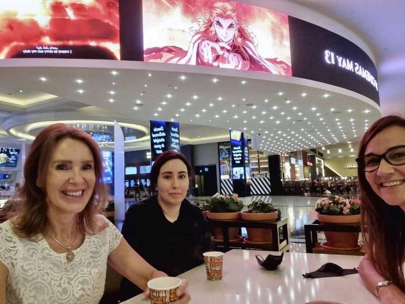 IG帳號「@shinnybryn」21日貼出一張3人在杜拜購物中心喝咖啡的合照,眼尖網友一眼就認出圖中黑衣女子就是失聯已久的杜拜公主拉蒂法。(圖翻攝自shinnybryn個人IG)