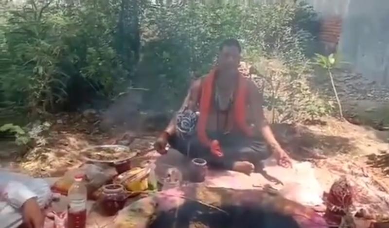 印度一名宗教領袖,日前在聖火前狂吼咒語,希望能透過此舉來驅趕武肺病毒。(圖翻攝自varindertchawla官方IG)