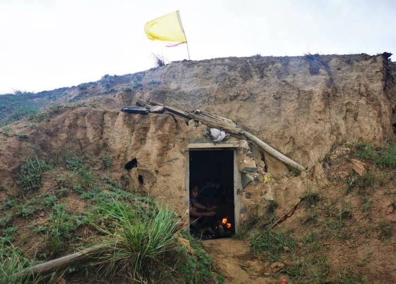 49歲朱姓牧羊人原本在附近放牧,結果在早上10點遇到極端天氣,因此跑到當地一個叫做朱家窯的窯洞避難,在窯洞中已經備有衣服、被褥和乾糧供緊急狀況時使用。(擷取自微博)