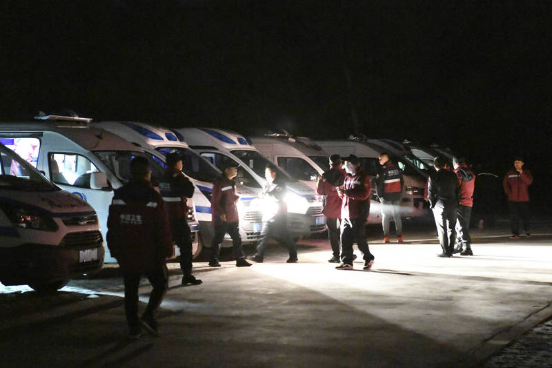 中國甘肅省在22日時舉辦百公里越野馬拉松賽,不料卻遭遇劇烈天氣變化,造成大批選手失溫狀況,救難人員上山找尋失聯跑者。(美聯社)