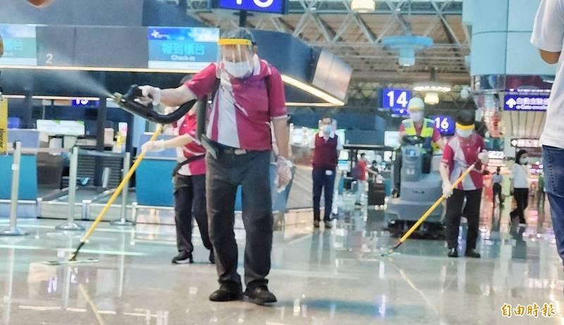 今天開始進行全面加強版清潔消毒,不放過任何一個角落,桃園機場總經理但昭璧表示,桃園機場自疫情開始一直重視清消的工作,23日就對機場所有單位、廠商進行全面清潔消毒,主要就是希望不要讓旅客、民眾對桃園機場的安全有任何疑慮。(記者姚介修攝)