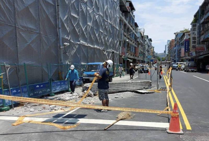 高市工安意外橫樑鐵架自6樓掉落虛驚,勞工局勒令停工開罰雇主3萬元。(讀者提供)