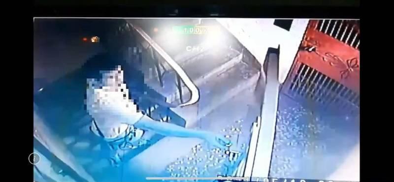 監視器拍下卓嫌行竊身影。(記者徐聖倫翻攝)