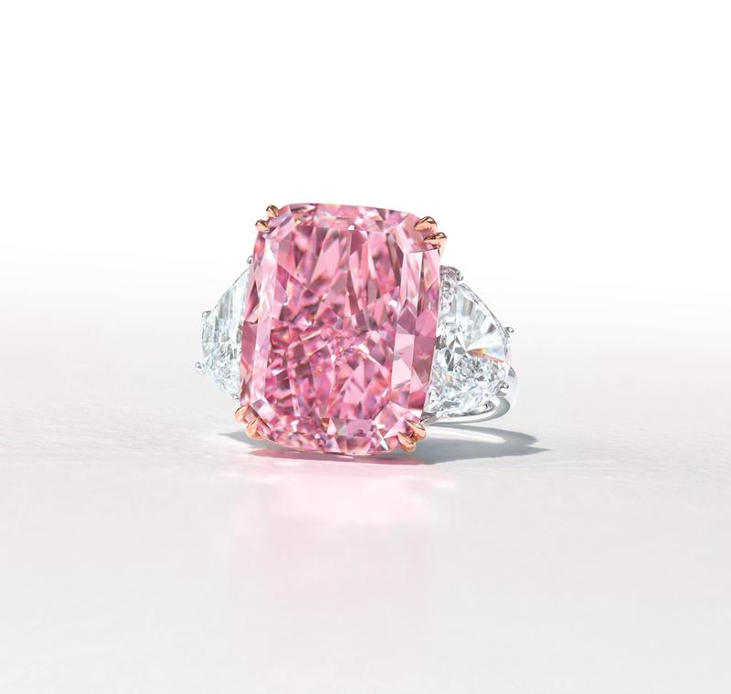 「櫻花(The Sakura)」的紫粉紅巨鑽,重達15.81克拉,外界預估售價為3800萬美元(約新台幣10.6億)。(圖翻攝自香港佳士得官網)