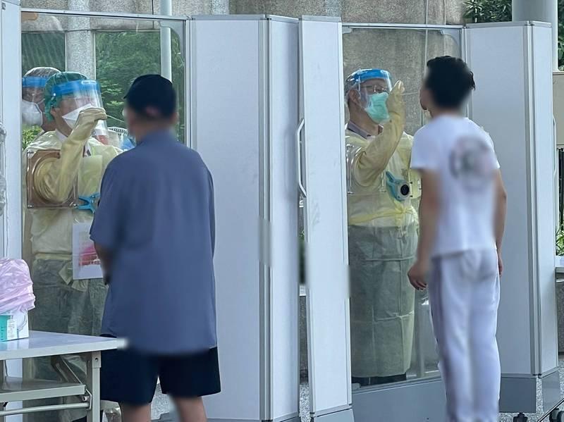 新北衛生局表示,採檢人員身穿的是「防潑水醫療防護衣」也經過中央指引,前方有塊高規格採檢隔板。(新北市衛生局提供)