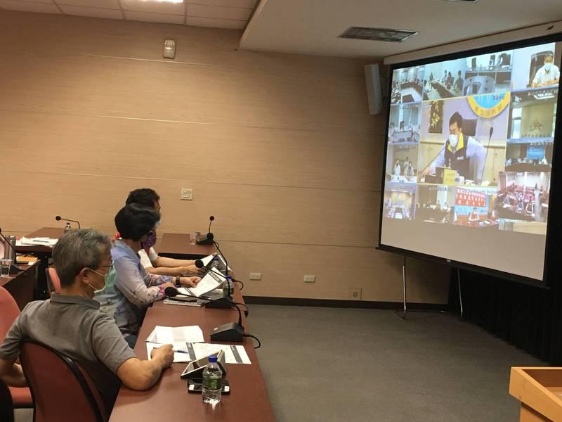 全國疫情視訊會議,縣長王惠美(中)向副指揮官爭取開放企業採購疫苗,中央根據確診人數高低配發疫苗,多給彰化縣。(彰化縣政府提供)