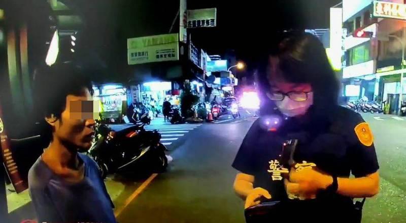 台中一名王姓男子不戴口罩在路上閒逛,警方獲報到場勸導。 (記者陳建志翻攝)