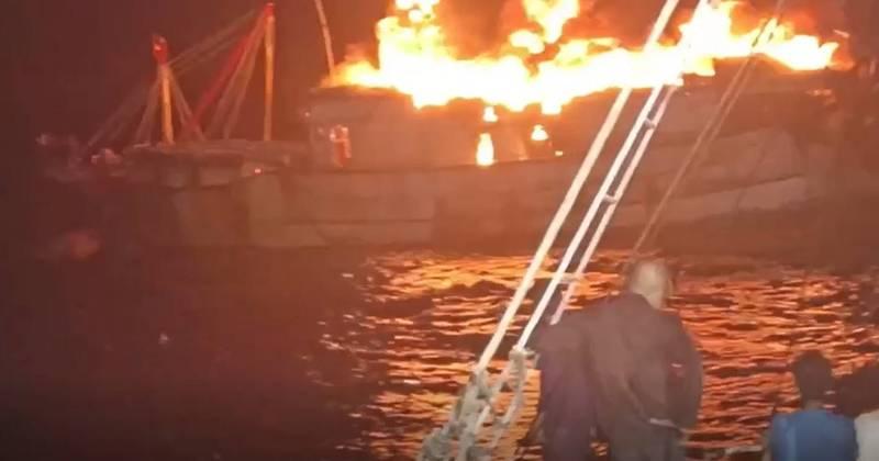 漁船暗夜失火,火勢猛烈。(記者洪定宏翻攝)
