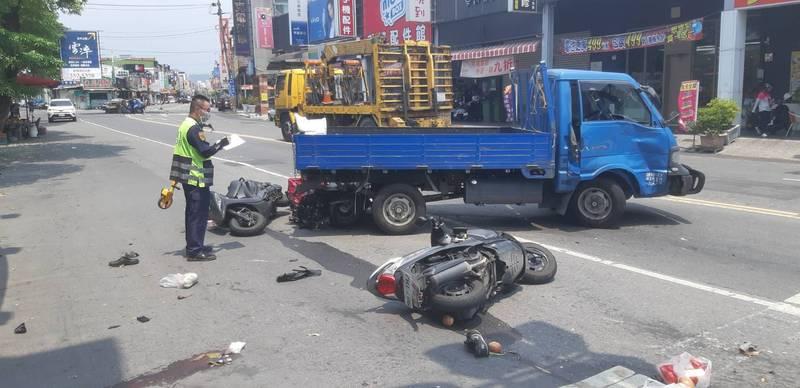 高雄大社區發生自小客車與自小貨車擦撞車禍,另波及10部汽機車。(圖:讀者提供)