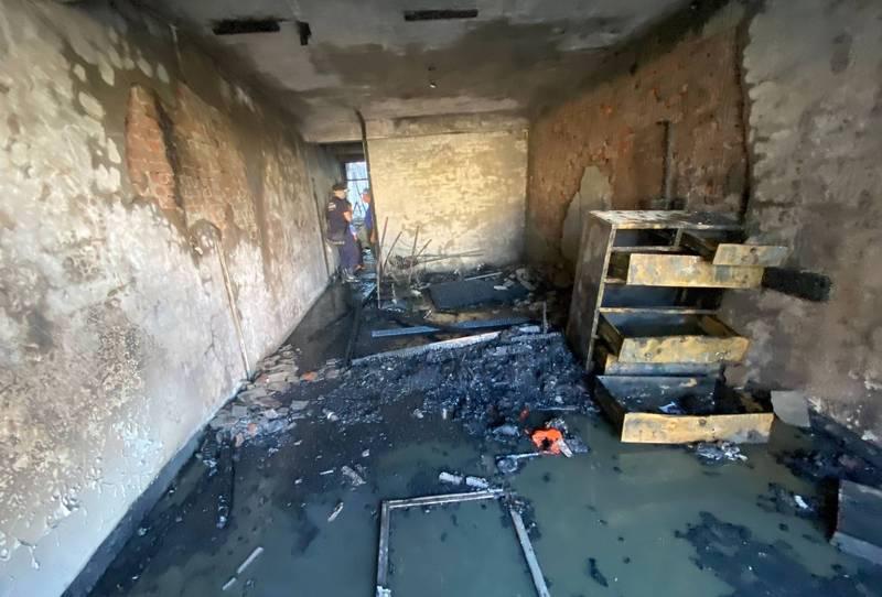 太平區溪洲西路58巷傍晚民宅火警,2樓全都燒光。(記者陳建志翻攝)