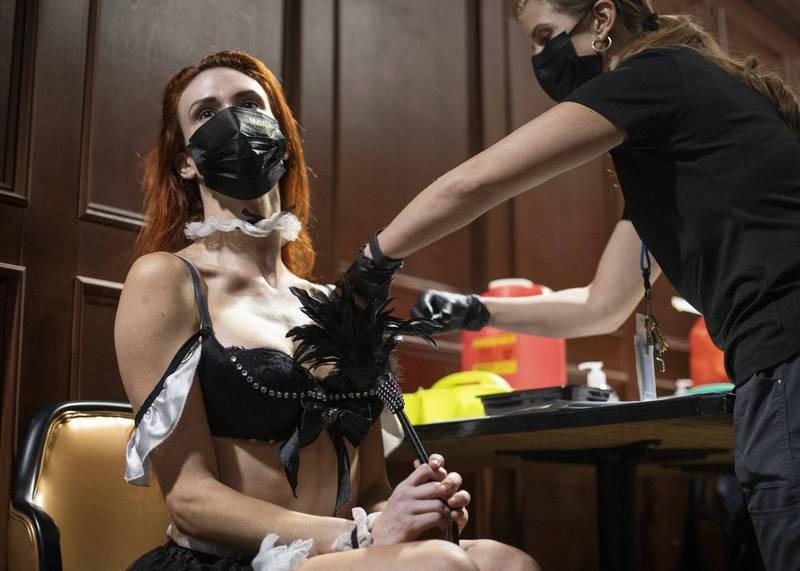 美國拉斯維加斯在脫衣舞俱樂部設立接種站,吸引不少人開心施打。(美聯社)