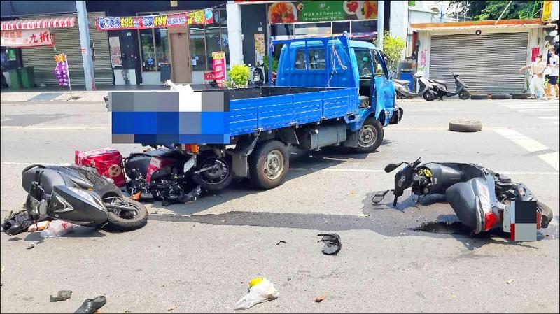 高雄大社區發生擦撞車禍,波及10輛汽機車,釀1死3傷。(讀者提供)