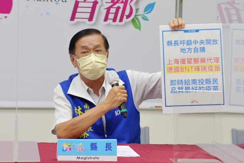 南投縣長林明溱拿出字板,強調要買上海復星醫藥代理的德國BNT輝瑞疫苗,請中央開放地方自購。(南投縣府提供)