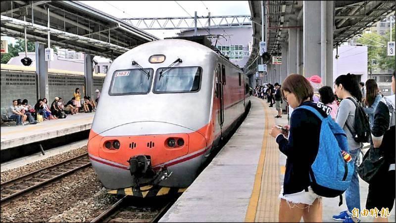 端午連假仍於3級警戒期間,王國材表示,台鐵禁售站票、高鐵全車對號座、觀光遊樂業暫停營業持續實施。(資料照,記者鄭瑋奇攝)