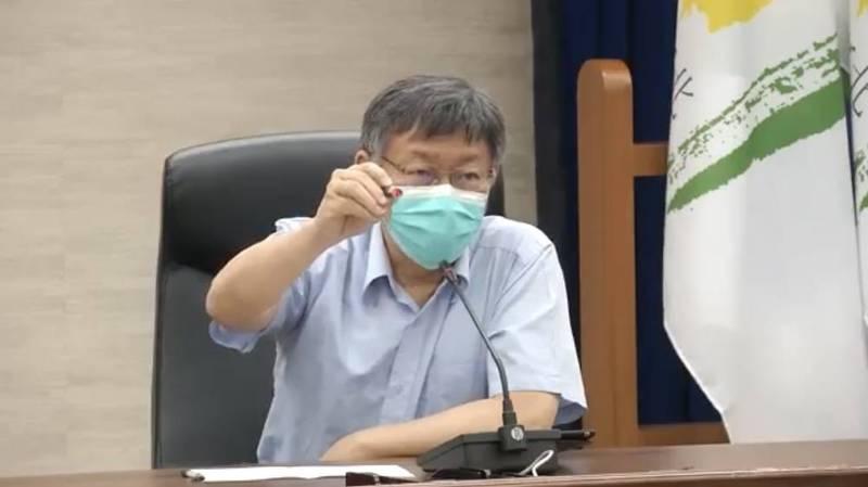 台北市長柯文哲今早主持北市防疫會議時直言,若要等到8月打國產疫苗,是將「國家命運賭在不可知的期望上」,若此狀況持續將撐不到8月,「會死傷慘重」。(台北市政府提供)