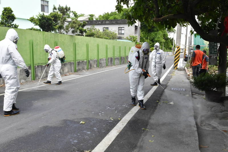 化學兵群在彰化縣各地展開大消毒。(彰化縣政府提供)