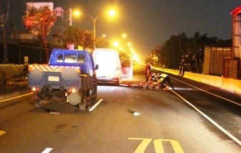 屏市一名老翁深夜疑逆向行走在車道,遭到小貨車撞擊死亡。(圖:警方提供)