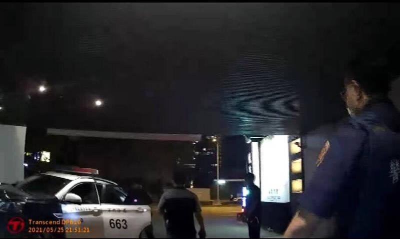 警方到圖中摩鐵查到違規群聚及開毒趴。(記者許國楨翻攝)