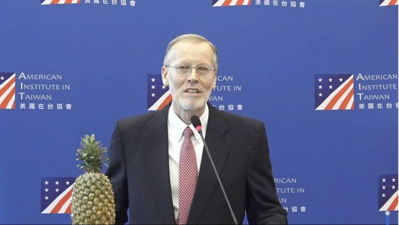 美國在台協會(AIT)處長酈英傑(Brent Christensen)今(26)發表離任演說並舉行線上記者會。(翻攝自AIT直播)