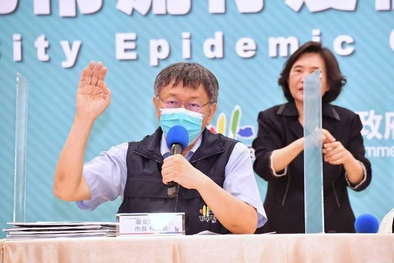 中央明將配發2.2萬劑疫苗給台北市,台北市長柯文哲今表示,半數先給防疫專責醫院醫護優先施打,其餘則造冊列管,給救護車、洗腎、檢疫所、處理醫療廢棄物等相關防疫人員施打,整體目標是先給最多人打完第一劑。(台北市政府提供)