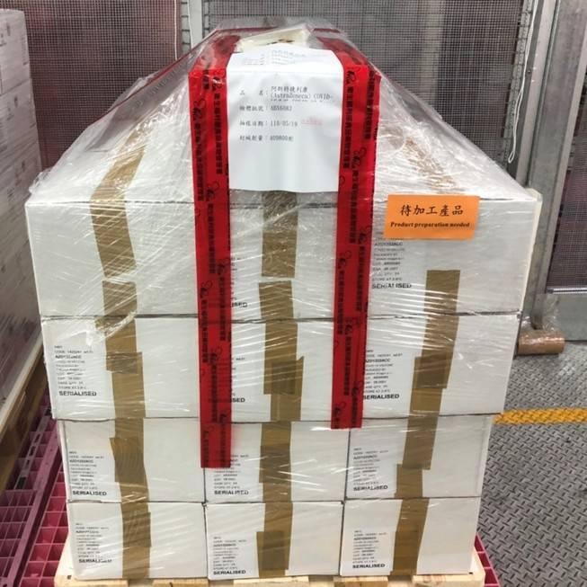 第三批AZ共41萬劑武肺疫苗在26日下午完成檢驗封緘,可開始配送到各縣市供接種。圖為疫苗檢驗封緘前。(食藥署提供)