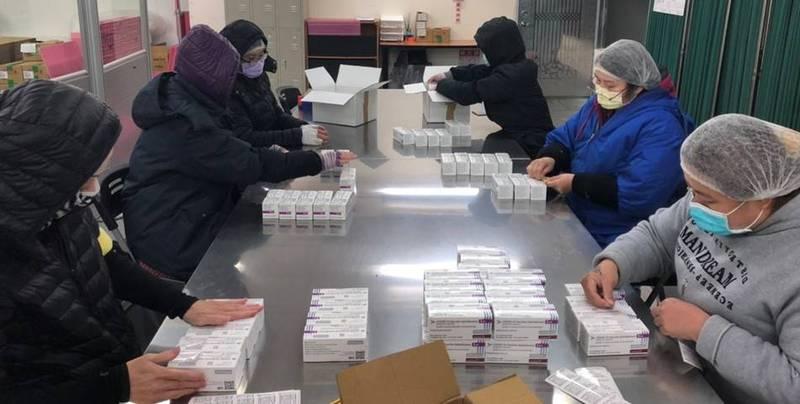 第三批AZ共41萬劑武肺疫苗在26日下午完成檢驗封緘,可開始配送到各縣市供接種。圖為疫苗檢驗封緘過程。(食藥署提供)