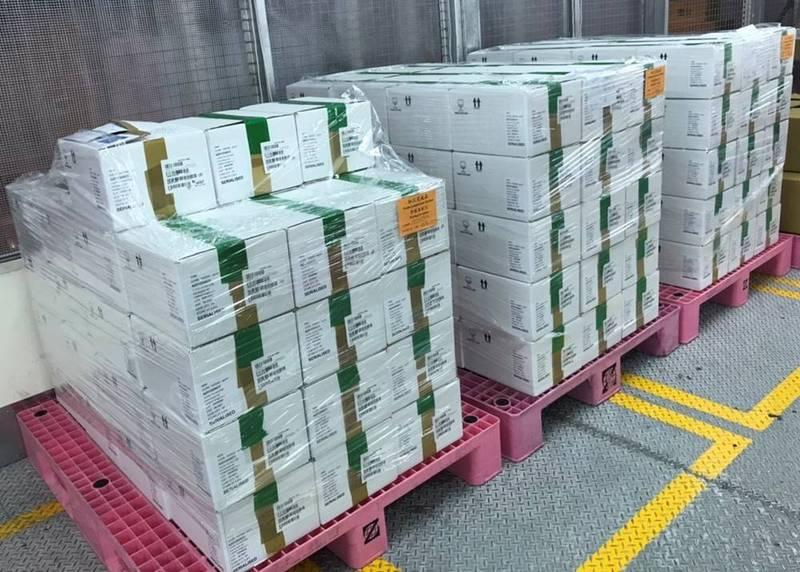 第三批AZ共41萬劑武肺疫苗在26日下午完成檢驗封緘,可開始配送到各縣市供接種。圖為疫苗檢驗封緘完成。(食藥署提供)