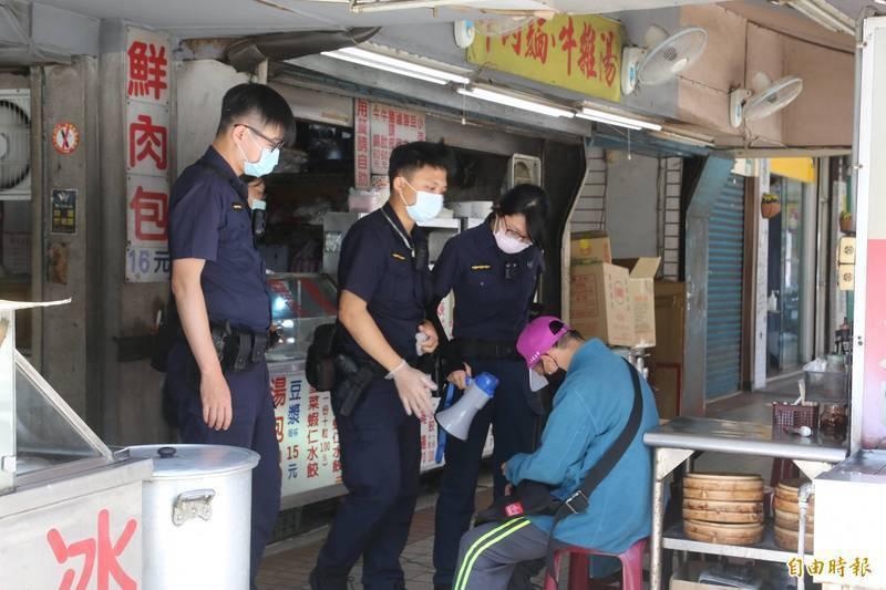 衛福部長陳時中在記者會上,因為心疼警察一度哽咽,卻引來外界質疑警察施打疫苗順位不夠前面。(資料照)
