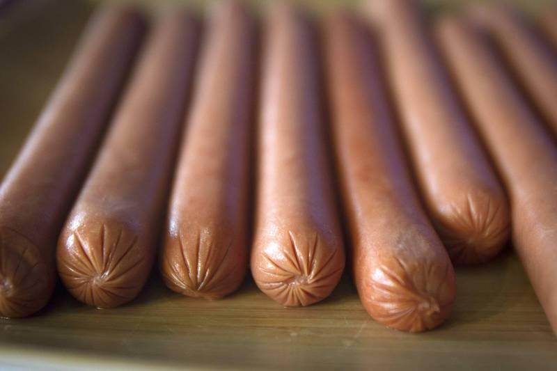 有網友在臉書社團發文表示,他日前去早餐店點餐時,誤將餐盤上的橘色塑膠手套看成大熱狗。熱狗示意圖。(路透檔案照)
