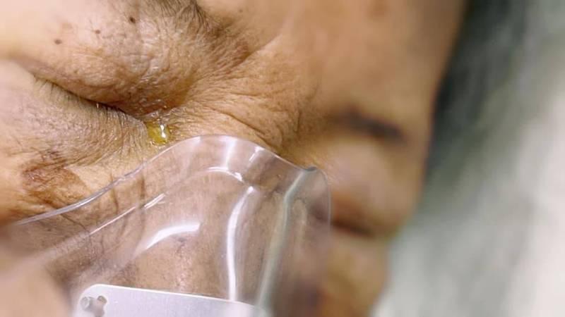 童綜合醫院急診部主任魏智偉今日分享,一位癌末的婆婆離世後,眼角閃著淚光,婆婆的兒子見狀心疼,向他詢問「媽媽很痛嗎?」示意圖,非癌末婆婆。(圖:魏智偉授權提供)