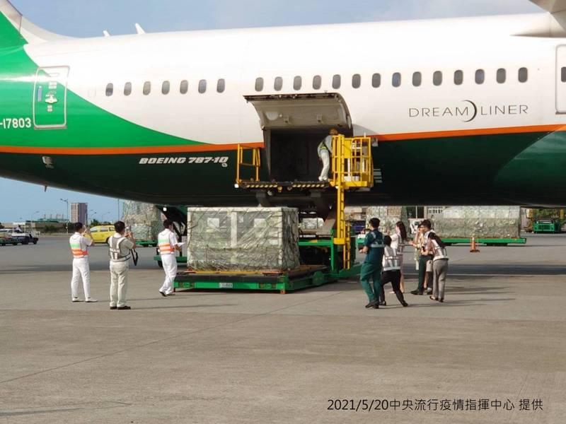 日前送抵台灣的41萬劑AZ疫苗,傍晚已通過檢驗封緘,今晚將分送各縣市。(指揮中心提供)
