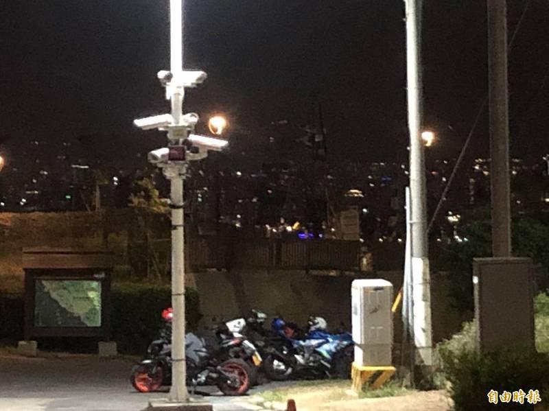 議員何文海表示,台中市連小公園的涼亭都封了,但望高寮觀景平台沒封,造成每天晚上人潮聚集,圖中連停車場都停滿了,恐成防疫破口。(記者唐在馨攝)