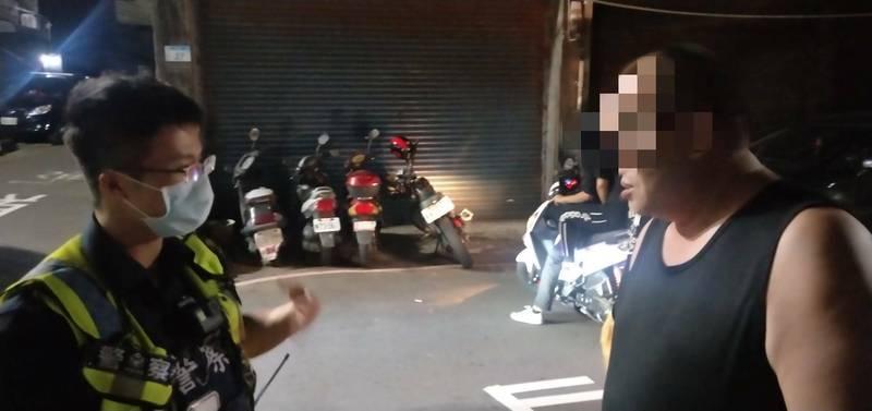 謝男未戴口罩大街閒逛被警查獲,通緝犯身分曝光還得被罰錢。(記者鄭淑婷翻攝)