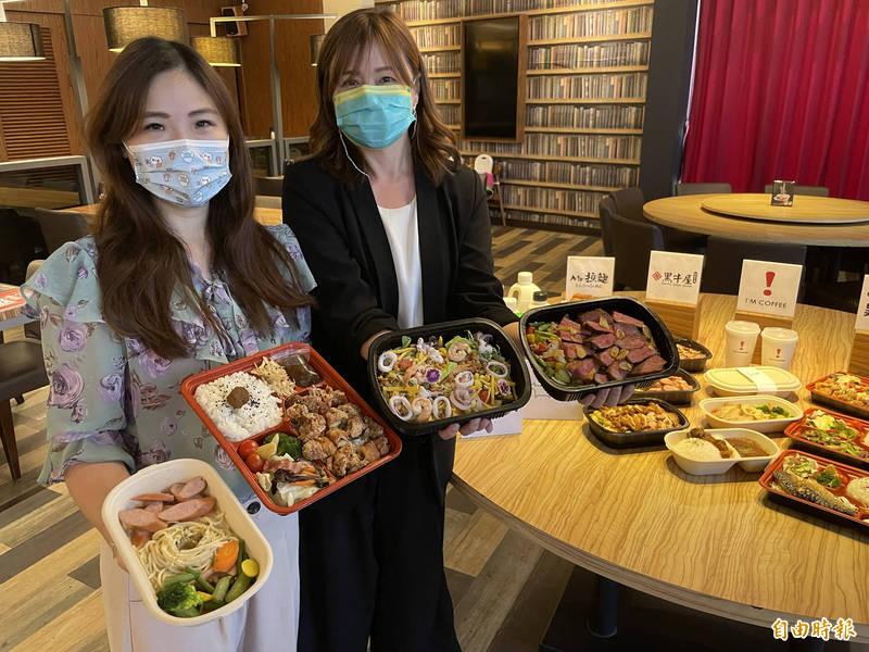 台南6家在地餐飲業者攜手透過線上訂餐平台,推出精緻外帶便當、飲品等,在防疫期間尋求新商機。(記者萬于甄攝)