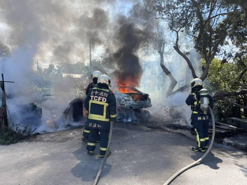 賓士車起火燃燒。(民眾提供)