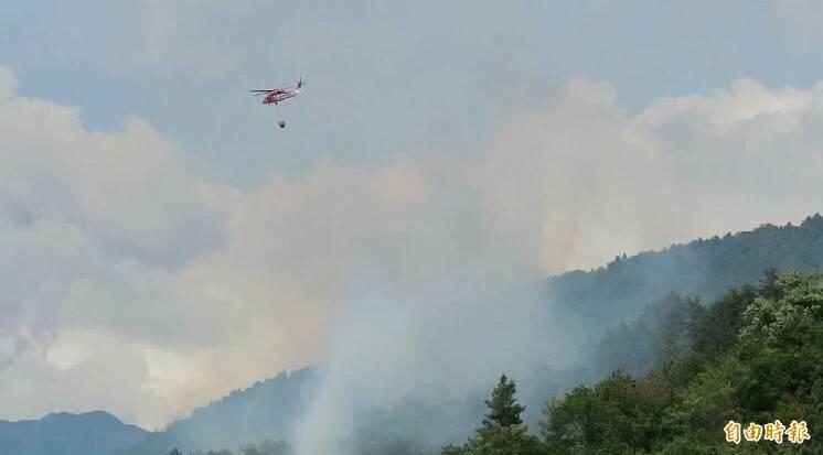 環山部落山林火警,直升機投水救援。(記者張軒哲攝)