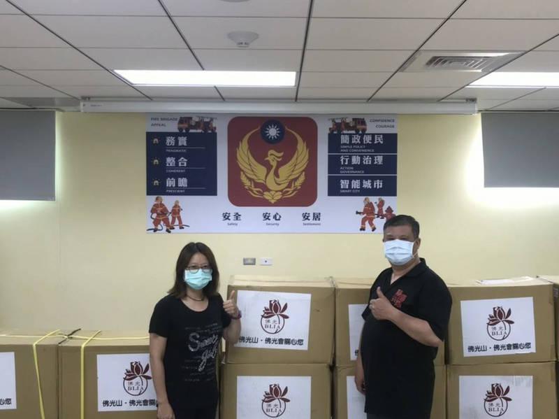 佛光會永和學舍捐贈上千物資給新北消防七大隊,支援中永和消防員。(記者闕敬倫翻攝)