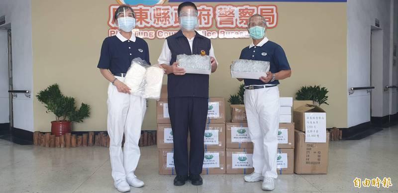 慈濟基金會捐贈1500個防護面罩、26000個防護手套給屏東警、消人員防護。(記者葉永騫攝)
